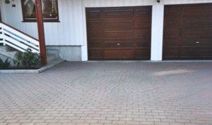 Belegningsstein utenfor garasje og hus
